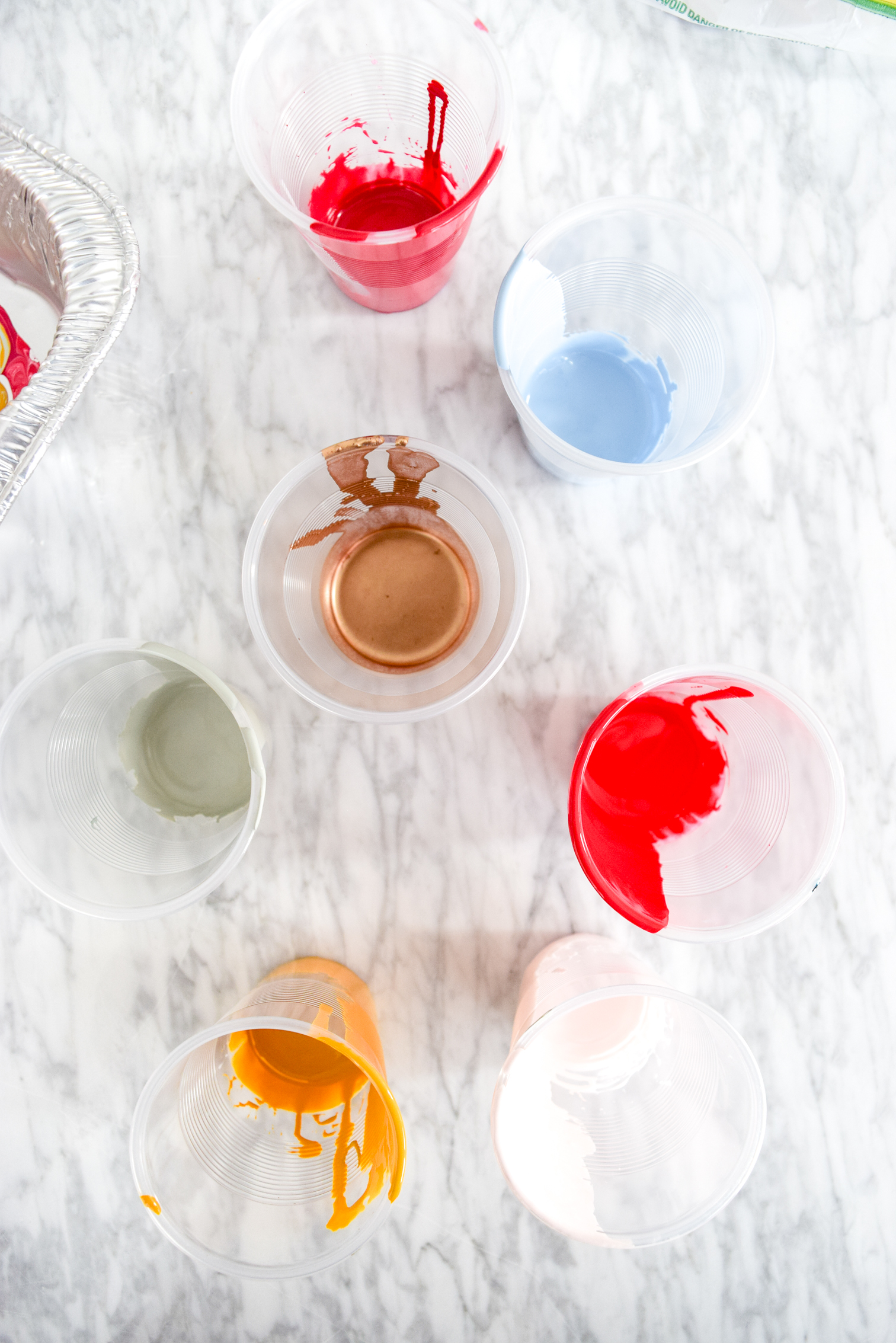 Paint pouring! What is it? Why is everyone doing it? What on earth should do about it? The answer is very simple, create DIY Decorative Marbled Colanders.