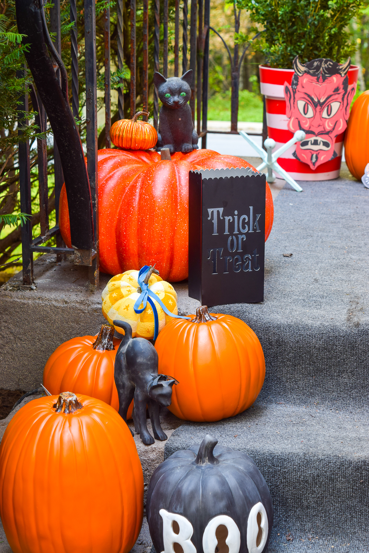 Retro Halloween Porch Decorations • PMQ for two