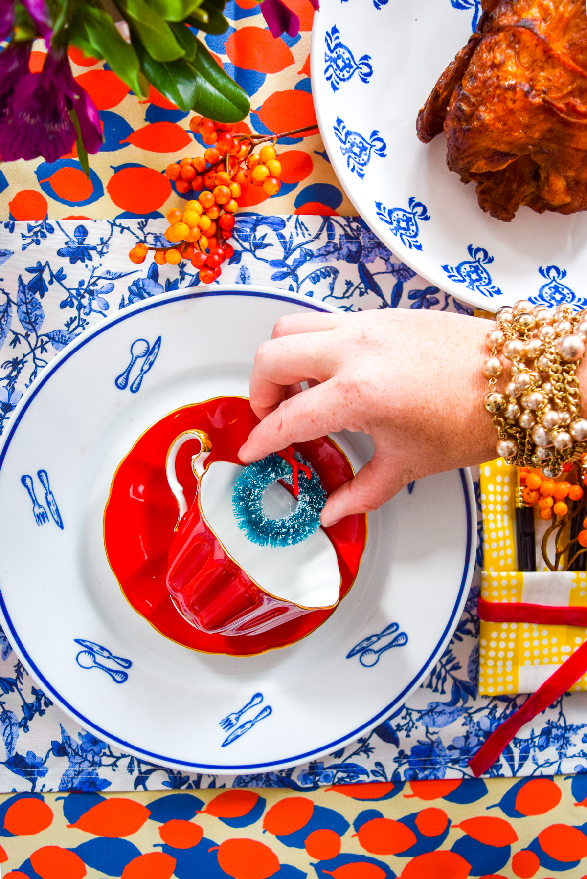 3 Bold Thanksgiving Place Setting Ideas to give you ALL the Thanksgiving & Christmas inspiration. Mix and match your existing china patterns, with fun and whimsical linens to create something fun and fresh! #thanksgiving #placesetting #tablescape