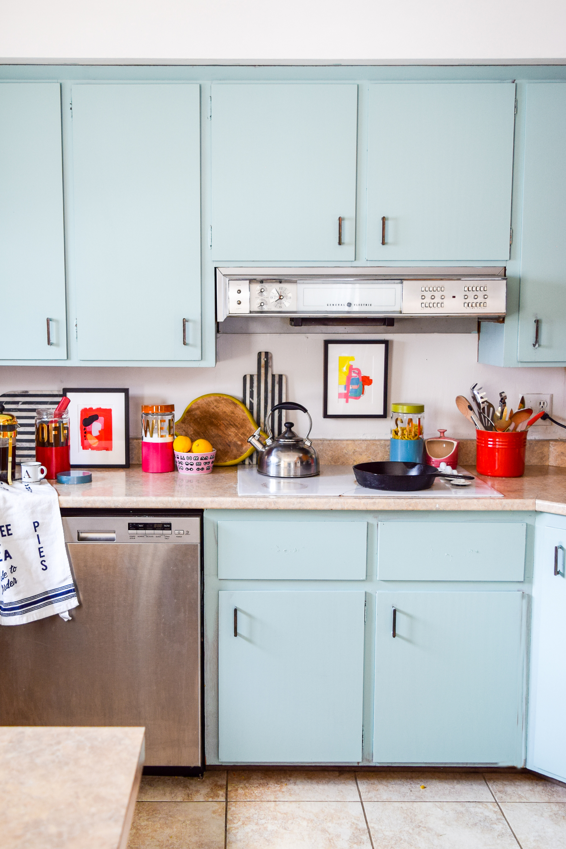 DIY colour blocked kitchen canisters are the Kate Spade Inspired kitchen must-have! And the best part? You can DIY them easily!