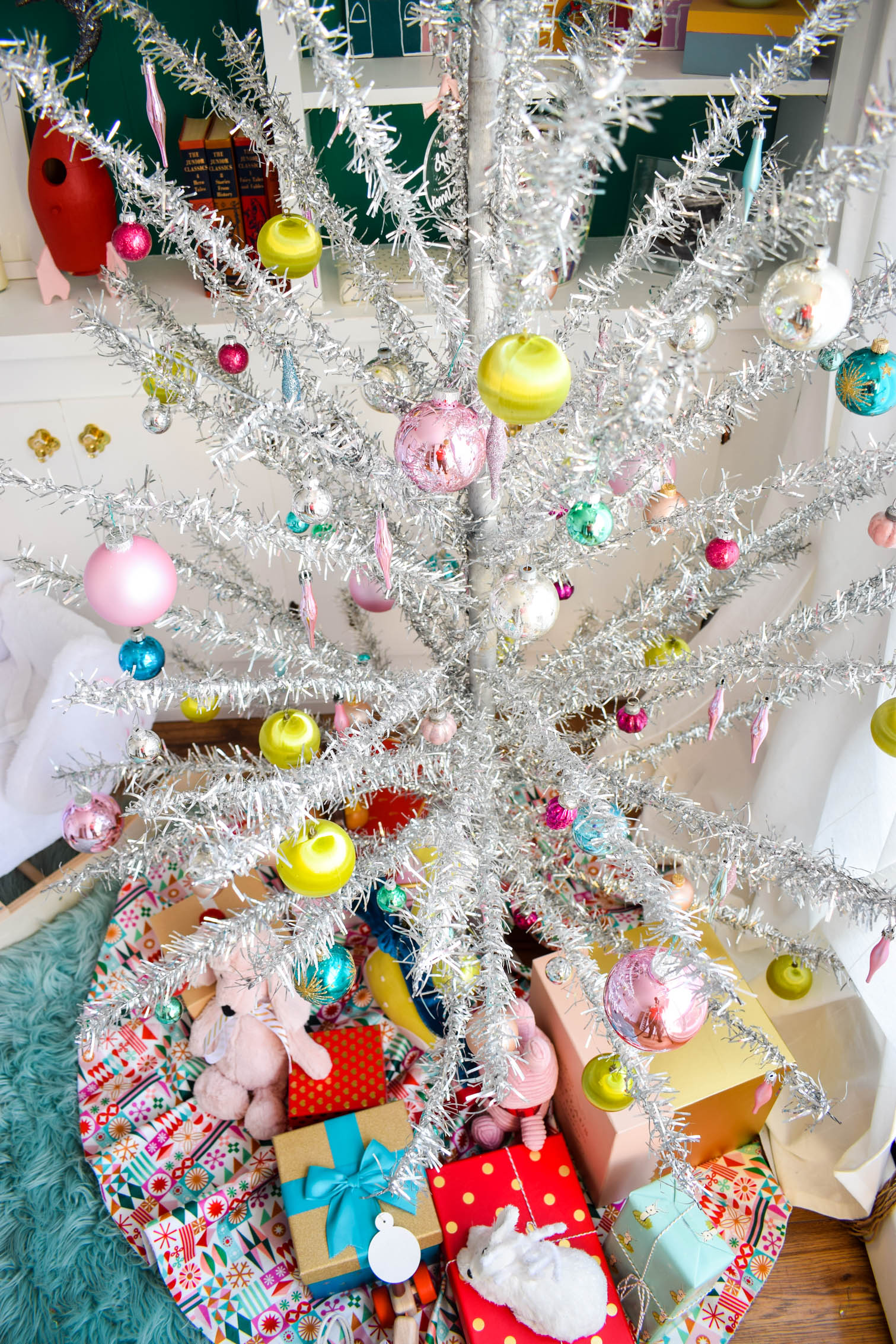 Bring pastels and vintage charm to a tinsel chrismas tree, using simple and clean ornaments. Sprinkle teddy bears and toys with boys for a nursery charm.