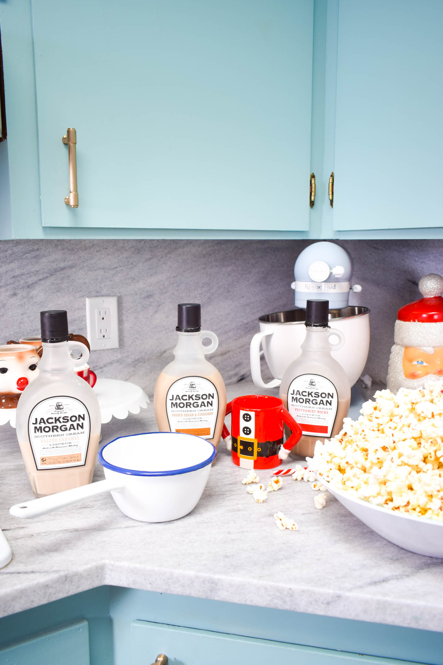 I'm a huge fan of the tasty gift, and I wanted to put a fresh twist on the food gifts we see exchange, with my Whiskey Cream Caramel Popcorn Recipe.