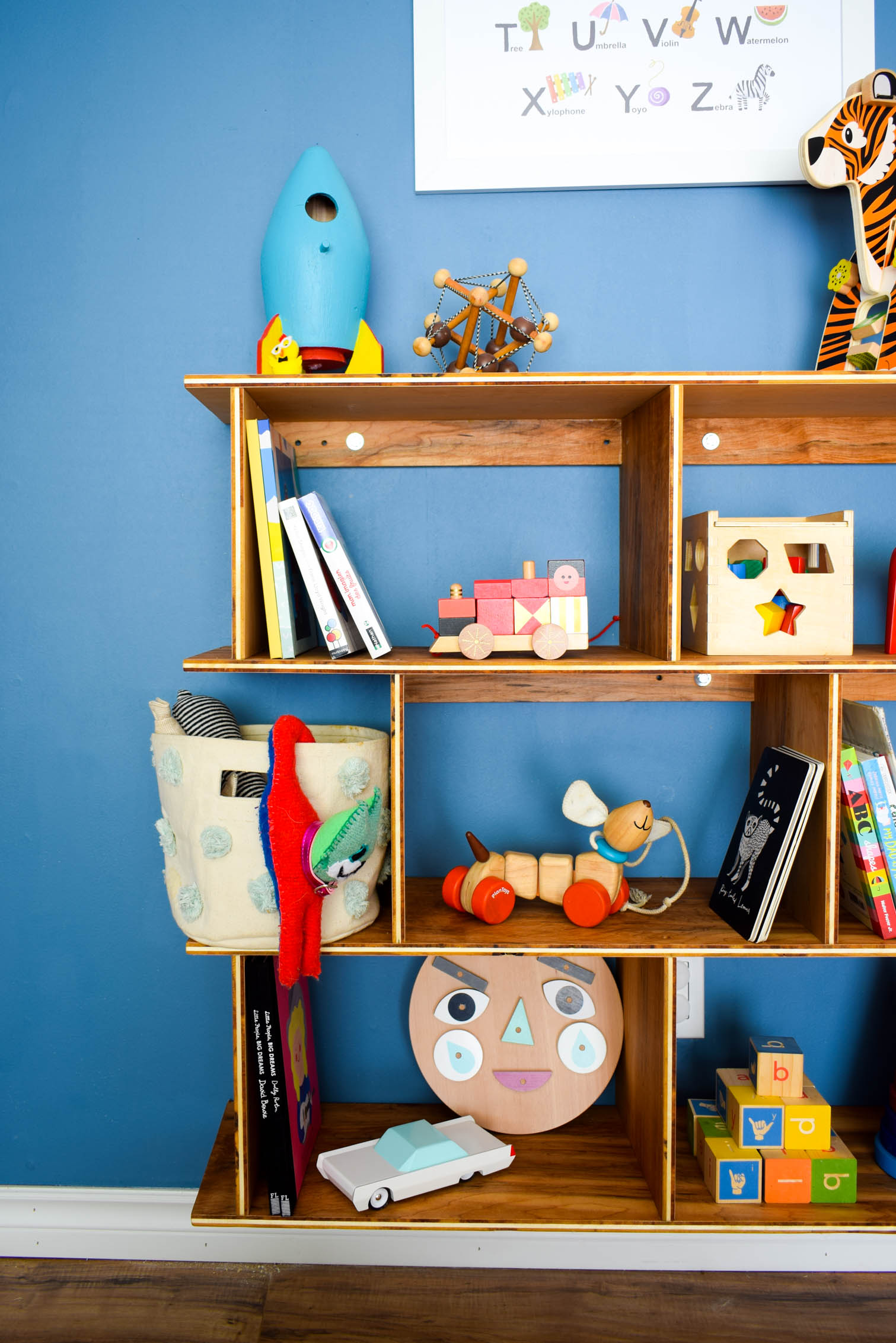 Embrace the Montessori method with an easy to access toy set-up for your kid & marry your decor style, with this DIY Mid Century Modern Montessori Toy Shelf. Full build plans and cut list on the blog.