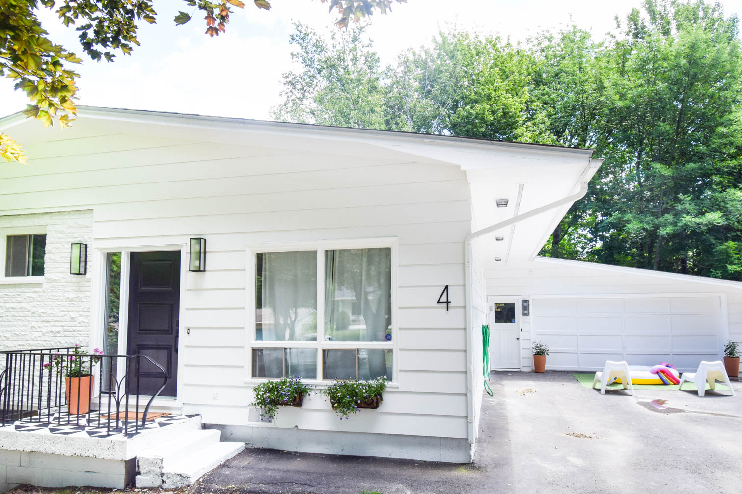 Come see our mid century modern exterior makeover now that's complete! New paint, new door, new vibes - who dis? Come see the process and the decisions behind the look, and grab resources!