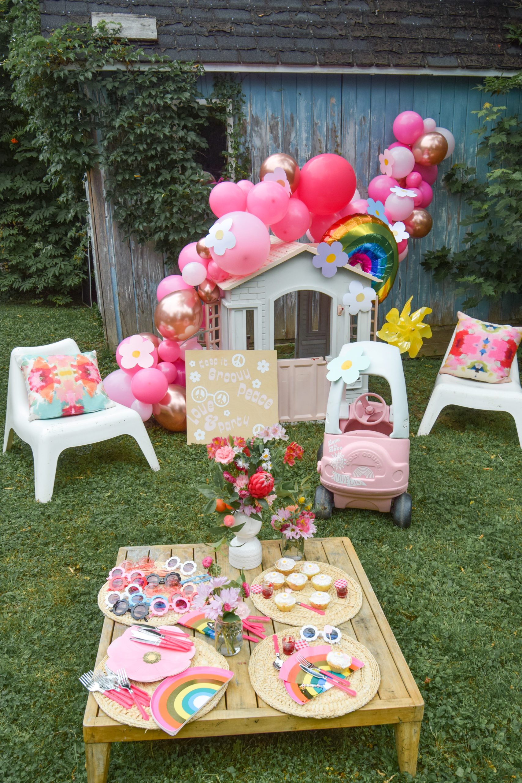 It's time for some groovy diy birthday party decor! Using good old fashioned DIYs and a few new kits from FISKARS, I created a groovy party.